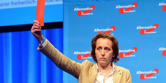 Beatrix von Storch zeigt die rote Karte.