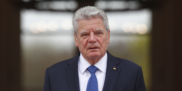 Joachim Gauck tritt am Montagmittag vor die Kameras und gibt eine Erklärung ab