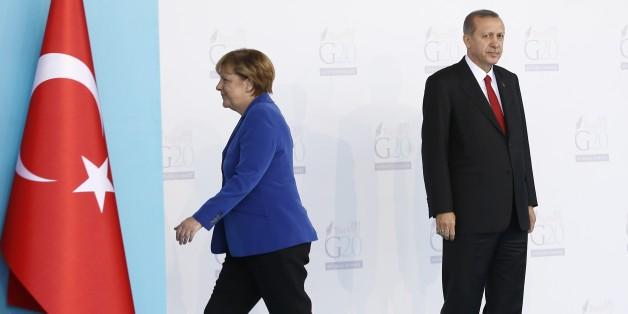 ANTALYA, TURKEY - NOVEMBER 15 :  Turkish President Recep Tayyip Erdogan (R) greets German Chancellor Angela Merkel (L) during the 'Welcoming Ceremony' prior to the G20 Turkey Leaders Summit on November 15, 2015 in Antalya, Turkey. (Photo by Fatih Aktas/Anadolu Agency/Getty Images)