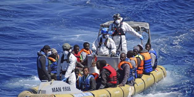 Ein Boot der italienischen Küstenwache mit geretteten Flüchtlingen im Mittelmeer
