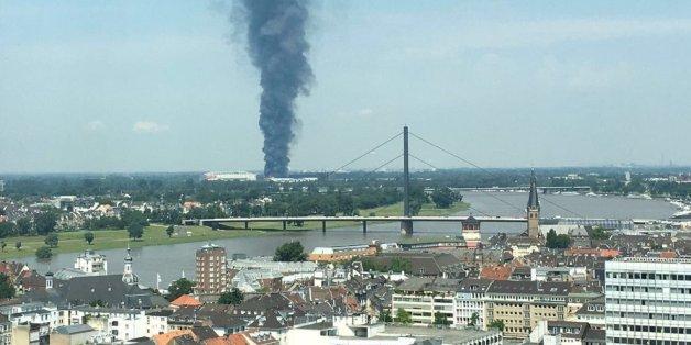 Dunkle Rauchwolke über Messegelände: Flüchtlingsunterkunft in Düsseldorf steht in Flammen