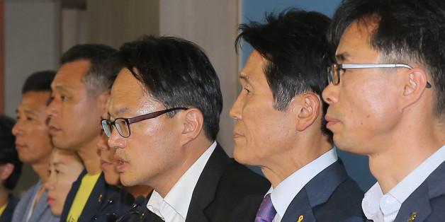 더불어민주당 박주민·정의당 윤소하 의원이 7일 오후 국회 정론관에서 세월호 유가족들과 함께 세월호특별법 개정안 발의 기자회견을 하고 있다.