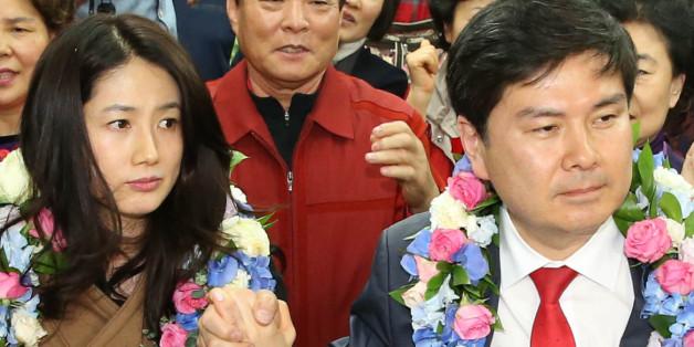 새누리당 서울 중구성동을 지상욱 당선인이 4월 14일 새벽 서울 중구 신당동 선거사무소에서 당선이 확정된 뒤 축하를 받을 때 부인인 배우 심은하 씨가 어색한 표정을 짓고 있다.