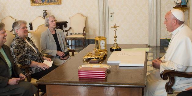 프란치스코 교황이 2015년 4월 바티칸에서 '여성 종교 리더십 컨퍼런스'의 사절단을 접견하고 있다.