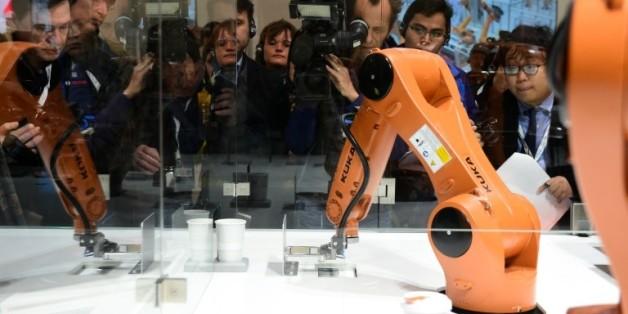 Un robot du fabricant allemand Kuka, convoité par le chinois Midea, fait une démonstration à la foire de Hanovre, le 3 juin 2016