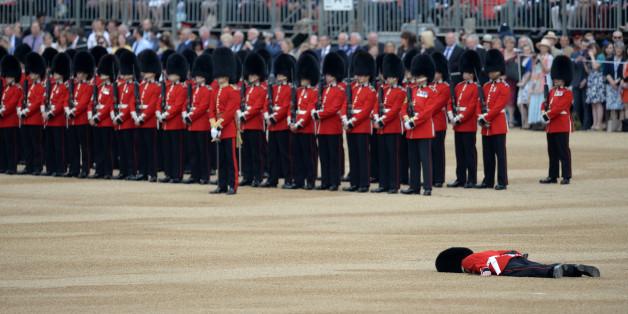 La photo impressionnante de ce membre la garde royale au sol après un malaise