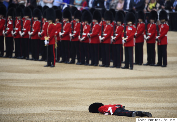 近衛兵が式典中に倒れる。エリザベス女王の見ている前で...(画像集)