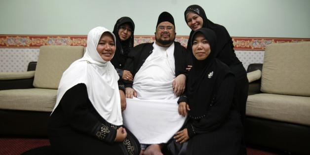 Ein Mann aus Malaysia mit seinen vier Ehefrauen. In einigen muslimisch geprägten Ländern ist es Männern unter bestimmten Umständen erlaubt, mehrere Frauen zu heiraten (Archivbild).