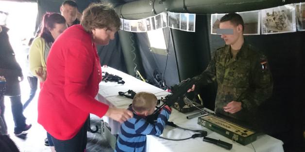 Tag der Bundeswehr: Waffen in Kinderhänden.