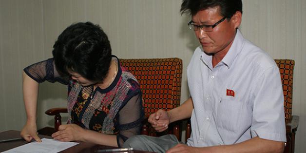 북한 식당 여성 종업원의 북한 가족들이 민변 변호사들에게 사건을 위임하는 변호인 위임서를 작성하고 있는 모습.