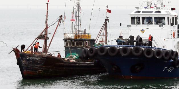 15일 오전 인천시 중구 인천해양경비안전서 전용부두에 불법조업 중국어선(왼쪽)이 들어오고 있다.