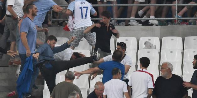 Russische Hooligans stürmen den englischen Block bei einem Spiel der Gruppe B in Marseille