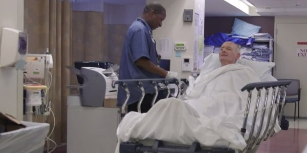Beckford singt einem Patienten vor