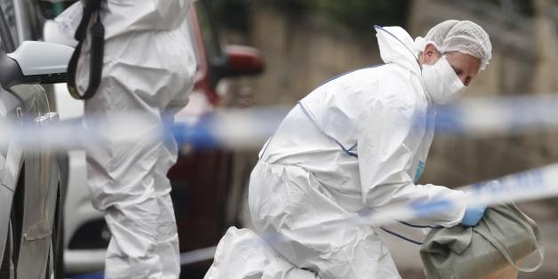 Forensiker untersuchen den Tatort, an die Jo Cox niedergestochen wurde