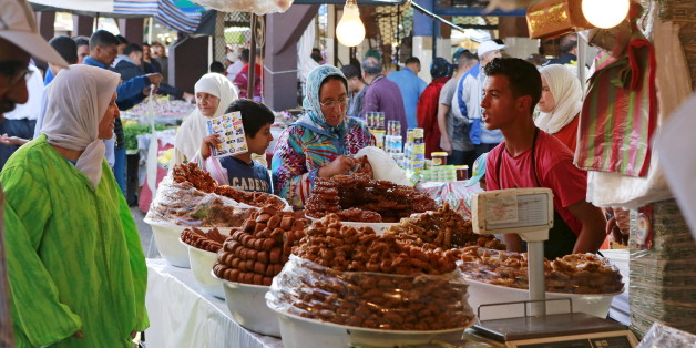 A vendor sells traditional cakes of fried honey and flour pastries to customers during the first day of Ramadan in the medina of the Moroccan city of Oujda June 18, 2015. REUTERS/Youssef Boudlal