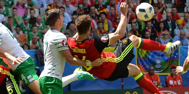 Belgium's defender Thomas Meunier (R) attempts a shot as he is marked by Ireland's defender Stephen Ward (2nd-R) during the Euro 2016 group E football match between Belgium and Ireland at the Matmut Atlantique stadium in Bordeaux on June 18, 2016. / AFP / NICOLAS TUCAT        (Photo credit should read NICOLAS TUCAT/AFP/Getty Images)