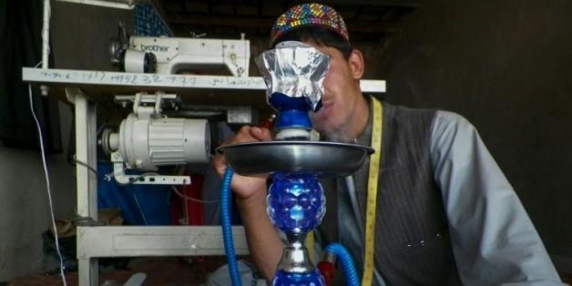 Afghanistan: les talibans utilisent de jeunes esclaves sexuels pour infiltrer la police  06:00 - 19/06/16  © AFP Un jeune homme sorti de l'esclavage sexuel pour infiltrer la police à Tarin Kot en Afghanistan, le 27 avril 201