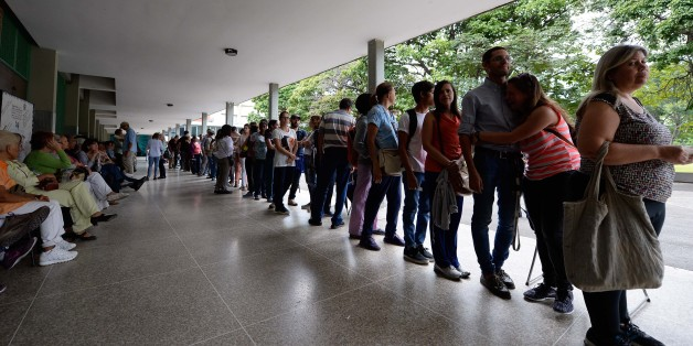 Venezuelans line up to authenticate their signatures for a recall referendum before the National Electoral Council (CNE) in Caracas, on June 20, 2016. Venezuelan police have arrested hundreds of people as the country's food crisis erupted into deadly looting this week, heightening hardship and political uncertainty in the impoverished oil-producing nation. / AFP / FEDERICO PARRA