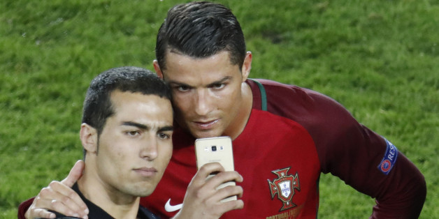 Der Flitzer machte ein Selfie mit Ronaldo - auf dem EM-Feld