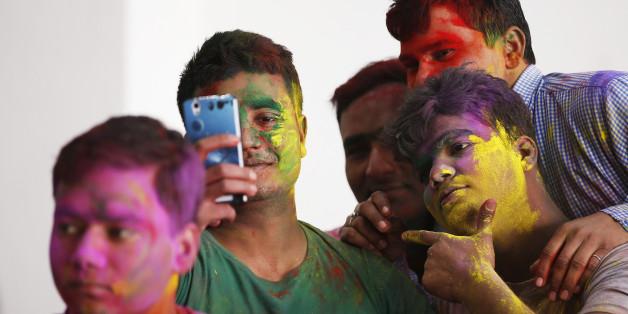 Indische Grenzsoldaten machen einen Selfie während des Holi-Festes in Srinagar