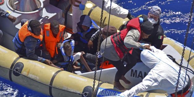 Eine Rettungsaktion der italienischen Marine vor Sizilien im April 2016