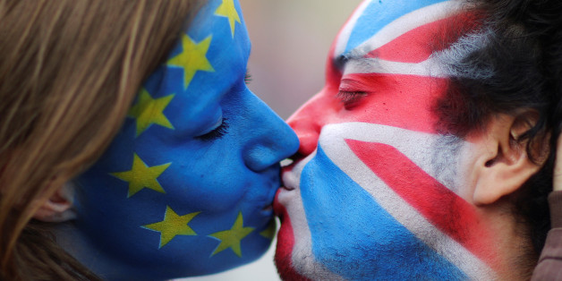 Two activists with the EU flag and Union Jack painted on their faces kiss each other in front of Brandenburg Gate to protest against the British exit from the European Union, in Berlin, Germany, June 19, 2016. REUTERS/Hannibal Hanschke      TPX IMAGES OF THE DAY