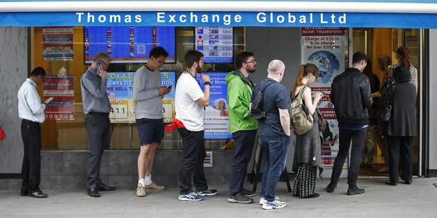 Briten stehen kurz vor dem Brexit-Referendum Schlange, um britische Pfund in ausländische Währungen umzutauschen