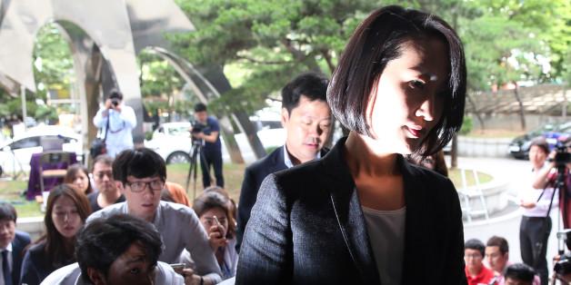 국민의당 김수민 의원이 총선 홍보비 리베이트 의혹과 관련해 조사를 받기 위해 23일 서울 마포구 서부지검으로 출석하고 있다.