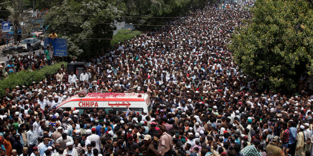 Thousands of people attend the funeral procession of Amjad Sabri, killed when unidentified gunmen open fire on his car in Karachi, Pakistan, June 23, 2016. REUTERS/Akhtar Soomro