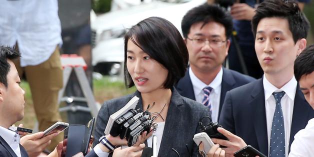 국민의당 김수민 의원이 총선 홍보비 리베이트 의혹과 관련해 조사를 받기 위해 23일 서울 마포구 서부지검으로 출석하던 중 취재진의 질문을 받고 있다.