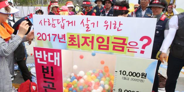 23일 오후 정부세종청사 고용노동부 앞에서 열린 한국노총 최저임금 1만원 쟁취 집회에서 참가자들이 퍼포먼스를 하고 있다