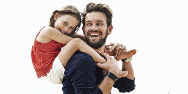 Einfach niedlich: Ein Vater lacht mit seiner Tochter um die Wette
