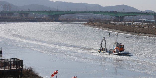 1월 25일 오후 인천 아라뱃길에서 한국수자원공사 소속 배가 쇄빙작업을 하며 운행을 하고 있다.