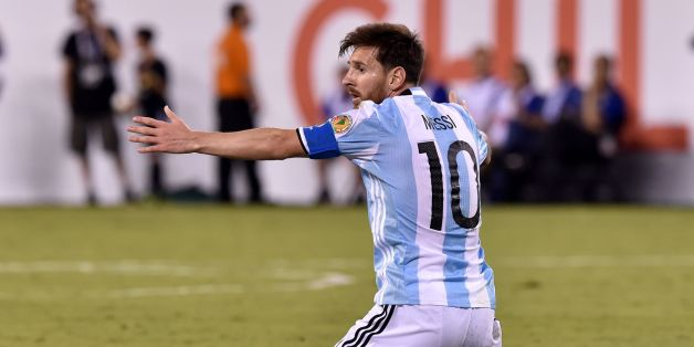 Argentina's Lionel Messi gestures during the Copa America Centenario final against Chile in East Rutherford, New Jersey, United States, on June 26, 2016.  / AFP / Nicholas KAMM        (Photo credit should read NICHOLAS KAMM/AFP/Getty Images)