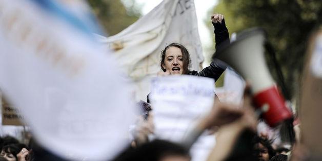 Junge Frau protestiert in Frankreich.
