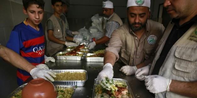 """Des Palestiniens préparent la """"Tekkiya"""", soupe populaire à Gaza le 13 juin 2016"""