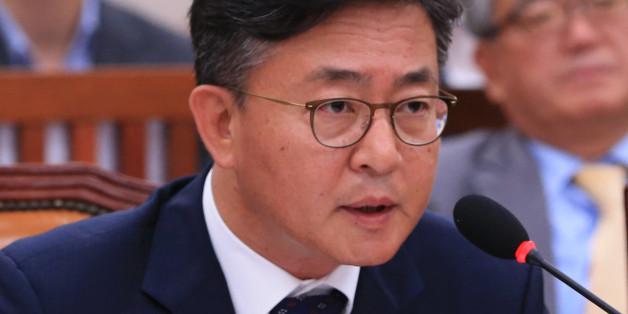 홍용표 통일부 장관이 27일 오전 국회에서 열린 외교통일위 전체회의에서 의원들의 질의에 답하고 있다.