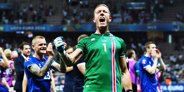 Der Isländische Torwart Hannes Thor Halldorsson feiert den Sieg über England