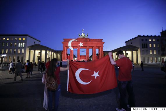 turkish flag brandenburg gate