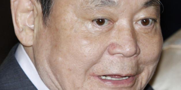 Samsung Electronics chairman Lee Kun-Hee leaves after attending the Ho-am prize awarding ceremony in Seoul June 1, 2012.  REUTERS/Kim Hong-Ji (SOUTH KOREA - Tags: BUSINESS HEADSHOT)