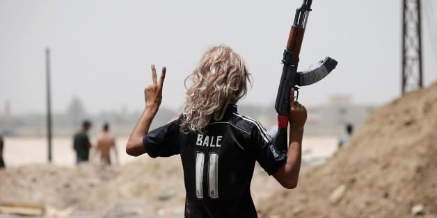 Nach der Wiedereinnahme der Stadt Falludscha feiert ein Kämpfer der irakischen Armee - im Trikot des Waliser Fußballstars Gareth Bale