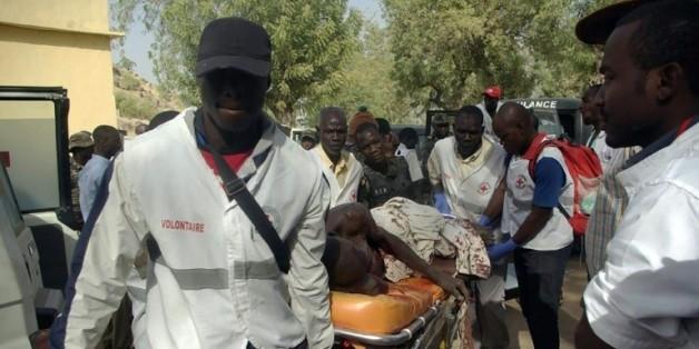 Evacuation d'une personne blessée lors d'un attentat suicide le 28 janvier 2016 à Mora dans le nord du Cameroun