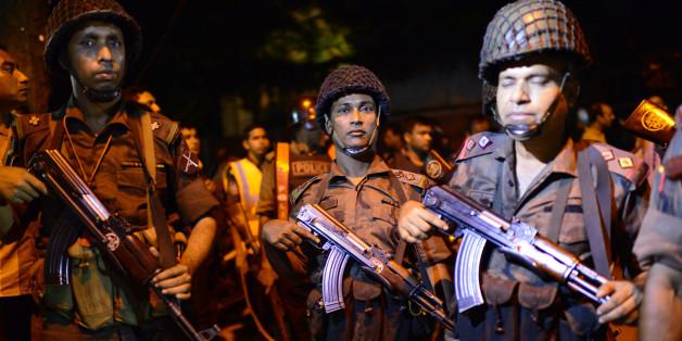 Déploiement des forces de sécurité près du restaurant Holey Artisan Bakery attaqué par un commando à Dacca, le 1er juillet 2016