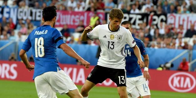 Im EM-Viertelfinale gegen Deutschland tragen die italienischen Spieler schwarze Armbinden - sie drücken so ihre Trauer um die toten Geiseln in Dhaka aus