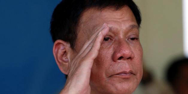 Philippines' President Rodrigo Duterte salutes during a military parade at main military Camp Aguinaldo in Quezon city Metro Manila, Philippines July 1, 2016.  REUTERS/Erik De Castro