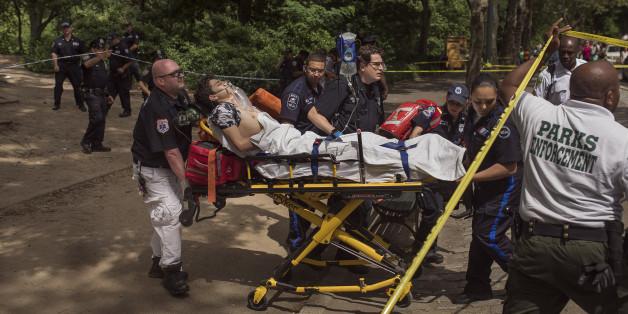 Nach einer Exlosion im Central Park in New York wird ein Schwerverletzter abtransportiert