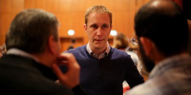 Der Bürgermeister von Monheim, Daniel Zimmermann (m), spricht auf einem Informationsabend mit Vertretern der muslimischen Verbände.