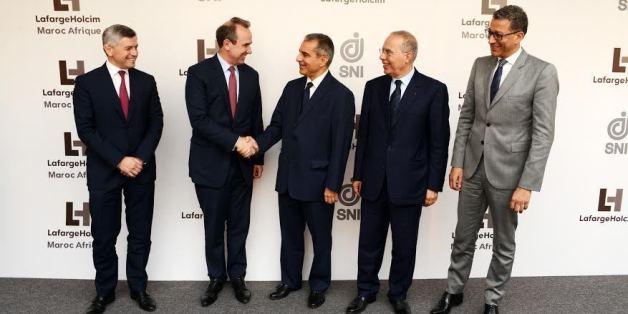 Hassan Ouriagli, PDG de la SNI en compagnie d'Eric Olsen, le DG de LafargeHolcim lors de la signature de l'accord de lancement de leur filiale commune