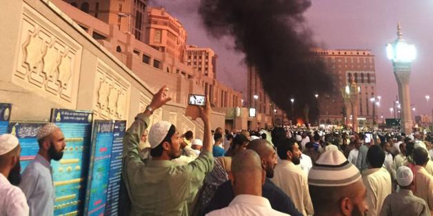 Eine Rauchwolke steht über dem Ort des Selbstmordattentats in Medina