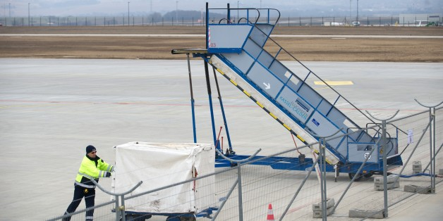 Bombenwarnung in Kassel - Polizei evakuiert Flugzeug vor Türkei-Flug
